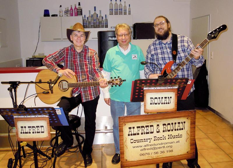 ALFRED und ROMAN spielten Weihnachtslieder bei der Weihnachtsfeier des Schachvereins Korneuburg - am Foto mit Obmann Kurt Broneder