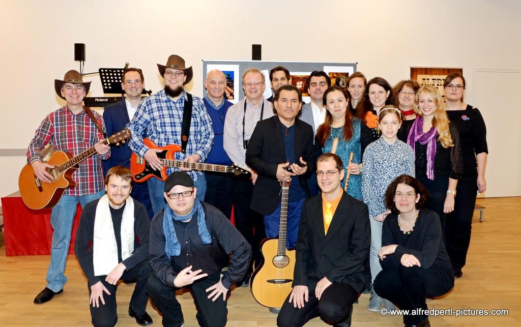 Fotoausstellung JAPAN 2014 mit Benefizgala - am Foto die teilnehmenden Künstler (mit ALFRED und ROMAN)