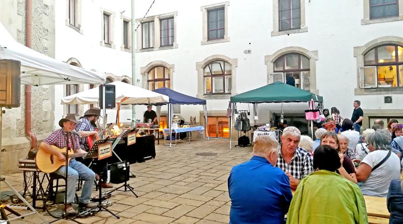 ALFRED und ROMAN beim 6. Korneuburger Höfefest im Rathaushof (Foto Bianca Reicher)